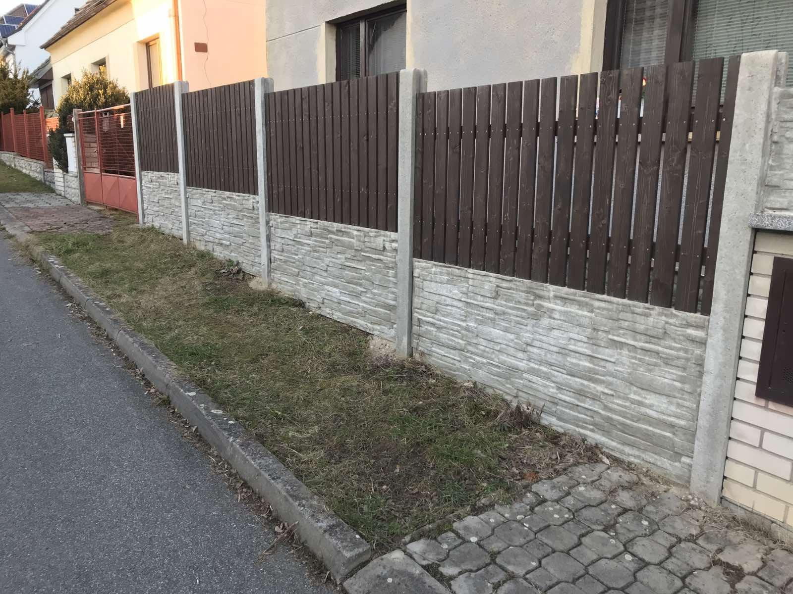 betonový plot s plotovkami